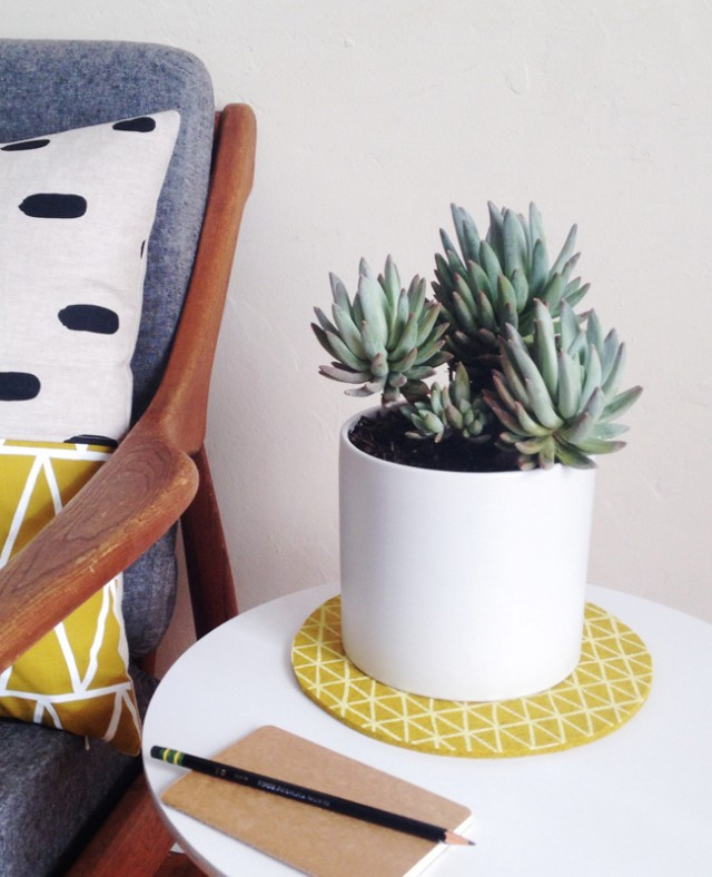 Using a trivet under a houseplant - protect your table in style