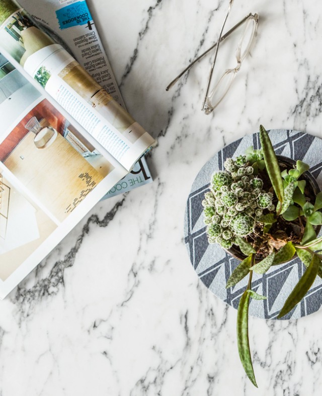 how to use a trivet under a plant